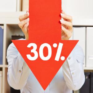 Roter Pfeil mit 30% Rabatt wird von einer Frau gehalten